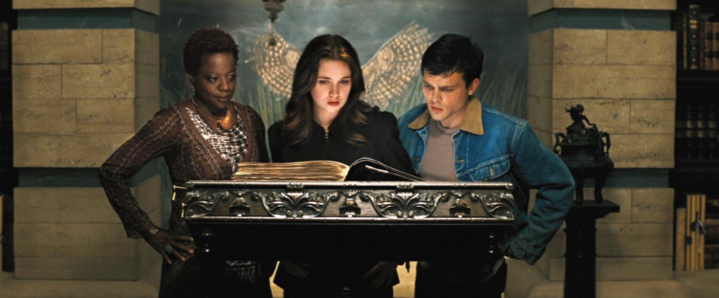 """(L -r) VIOLA DAVIS as Amma, ALICE ENGLERT as Lena Duchannes and ALDEN EHRENREICH as Ethan Wate in Alcon Entertainment's supernatural love story """"BEAUTIFUL CREATURES,"""" a Warner Bros. Pictures release."""