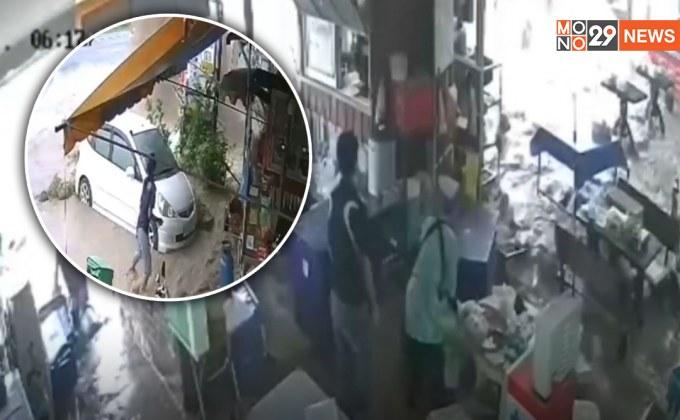 วินาทีท่อน้ำแตกพุ่งสูง 5 เมตร ริมถนนมิตรภาพโคราช น้ำทะลักเข้าร้านค้าชาวบ้าน – ตกใจวิ่งหนีจ้าละหวั่น